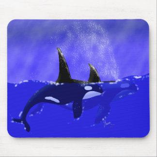 Orca masculina y femenina en el océano mouse pad