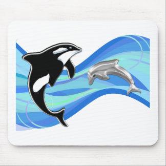 Orca y delfín en las ondas alfombrillas de ratón
