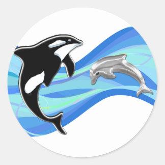Orca y delfín en las ondas pegatina redonda