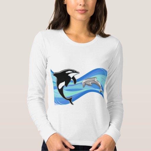 Orca y delfín en las ondas playera