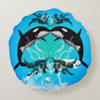 Orcas divertidas con el chapoteo del agua cojín redondo