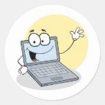 Ordenador portátil que agita feliz etiquetas redondas