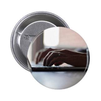 Ordenador portátil temático, persona que pin redondo 5 cm