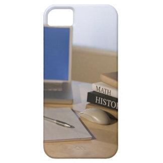 Ordenador portátil y libros de texto iPhone 5 fundas