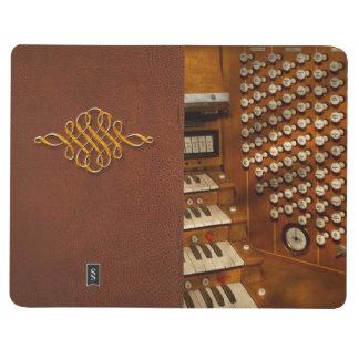 Organista - aliste en los controles cuadernos grapados