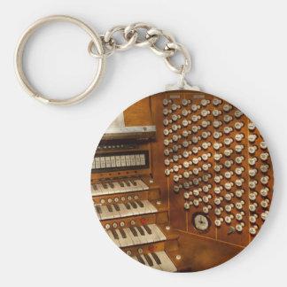 Organista - aliste en los controles llavero redondo tipo pin