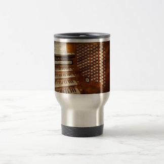 Organista - aliste en los controles tazas de café