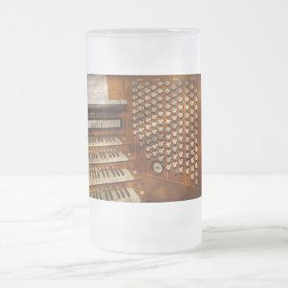 Organista - aliste en los controles taza