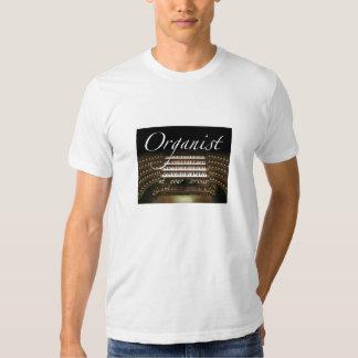 Organista en su camiseta del servicio playera