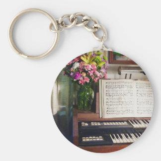 Órgano con el ramo de flores llavero redondo tipo pin