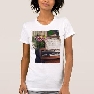 Órgano con el ramo de flores tee shirts