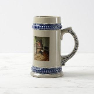 Órgano de la iglesia con el taburete del eslabón g taza de café