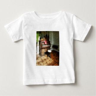 Órgano de la iglesia con el taburete del eslabón t-shirt