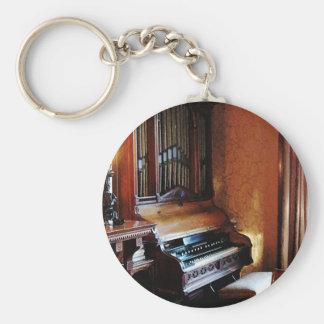 Órgano en sala de estar llavero redondo tipo pin