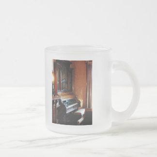 Órgano en sala de estar taza de café