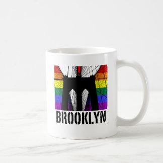 Orgullo 3 de la silueta del puente de Brooklyn Taza