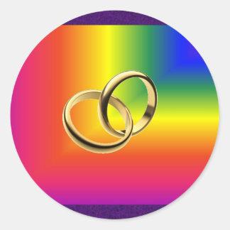 Orgullo del arco iris con las alianzas de boda del pegatinas redondas