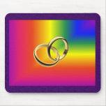 Orgullo del arco iris con las alianzas de boda del tapetes de raton