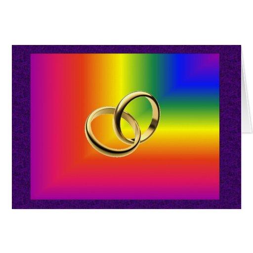 Orgullo del arco iris con las alianzas de boda del tarjeta de felicitación