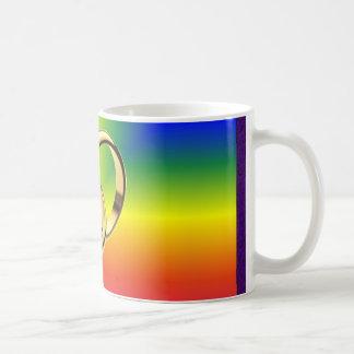 Orgullo del arco iris con las alianzas de boda del tazas de café