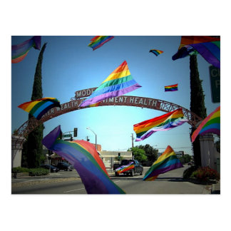 Orgullo del arco iris sobre Modesto Postales
