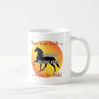 Orgullo del caballo que camina taza de café