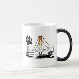 Orgullo del oso de puente Golden Gate Taza Mágica