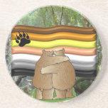 Orgullo del oso en el práctico de costa de maderas posavasos cerveza