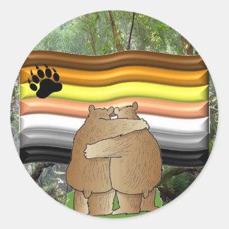 Orgullo del oso en las maderas pegatina redonda