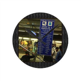 Orgullo indio de los ferrocarriles del metro de reloj redondo mediano