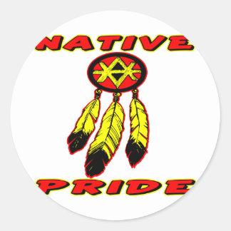Orgullo nativo 3 plumas etiqueta redonda