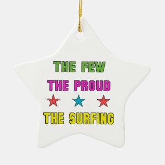 Orgulloso el practicar surf adorno navideño de cerámica en forma de estrella