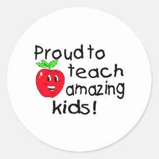 Orgulloso enseñar a los niños asombrosos (Apple) Pegatina Redonda