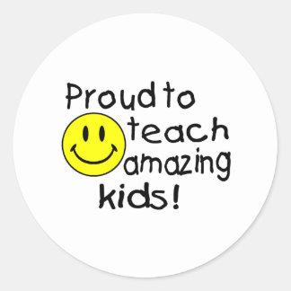 Orgulloso enseñar a los niños asombrosos (smiley) pegatina redonda