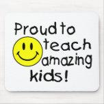 Orgulloso enseñar a los niños asombrosos (smiley) alfombrillas de raton