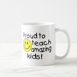 Orgulloso enseñar a los niños asombrosos (smiley) taza de café