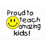 Orgulloso enseñar a los niños asombrosos sonriente postal