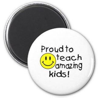 Orgulloso enseñar a niños asombrosos imán redondo 5 cm