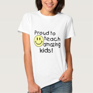 Orgulloso enseñar a niños asombrosos remera