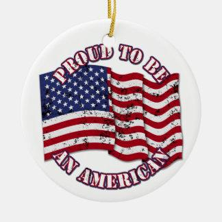 Orgulloso para ser un americano con la bandera de adorno redondo de cerámica