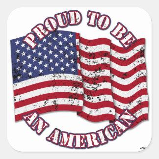 Orgulloso para ser un americano con la bandera de pegatina cuadrada