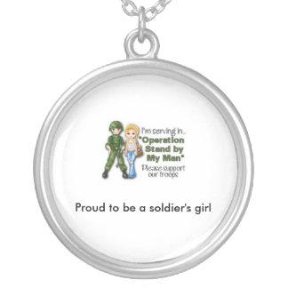 orgulloso ser collar del chica de un soldado