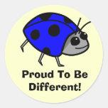 Orgulloso ser diversa mariquita azul etiqueta redonda