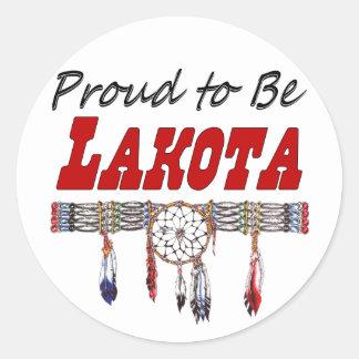 Orgulloso ser etiquetas o pegatinas de Lakota Pegatina Redonda