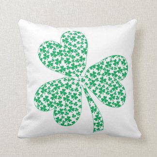 Orgulloso ser irlandés - trébol del St Pattys Cojín Decorativo