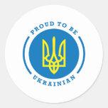 Orgulloso ser muestra ucraniana con el escudo de etiquetas redondas