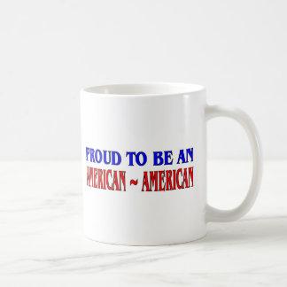 Orgulloso ser un American~American Taza Básica Blanca