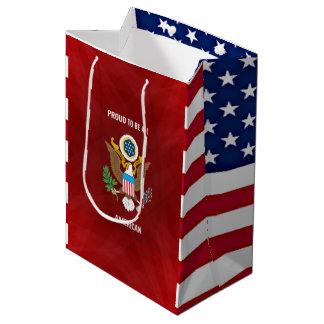 """""""Orgulloso ser un americano,"""" rojo, blanco y azul Bolsa De Regalo Mediana"""