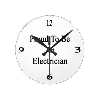 Orgulloso ser un electricista reloj redondo mediano