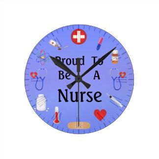 Orgulloso ser una enfermera/o su texto reloj redondo mediano
